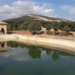 Vodná nádrž smerom k jaskynným maľbám Abrigo de Quizans, Alquézar
