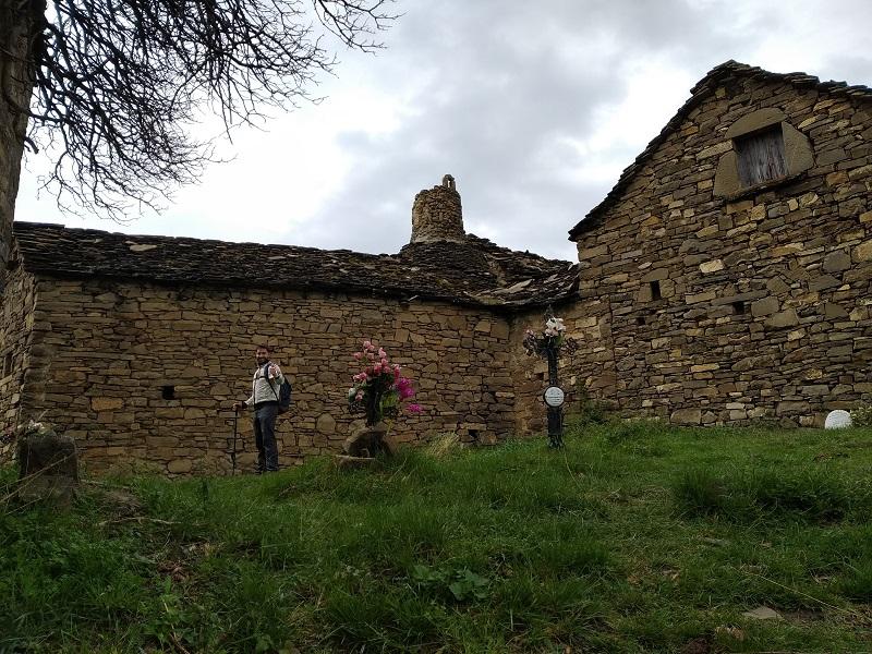 Vstup do dediny Muro de Bellos cez cintorin