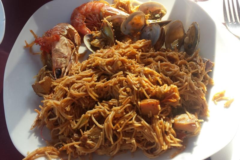 Fideos s morskymi plodmi Sitges Spanielsko