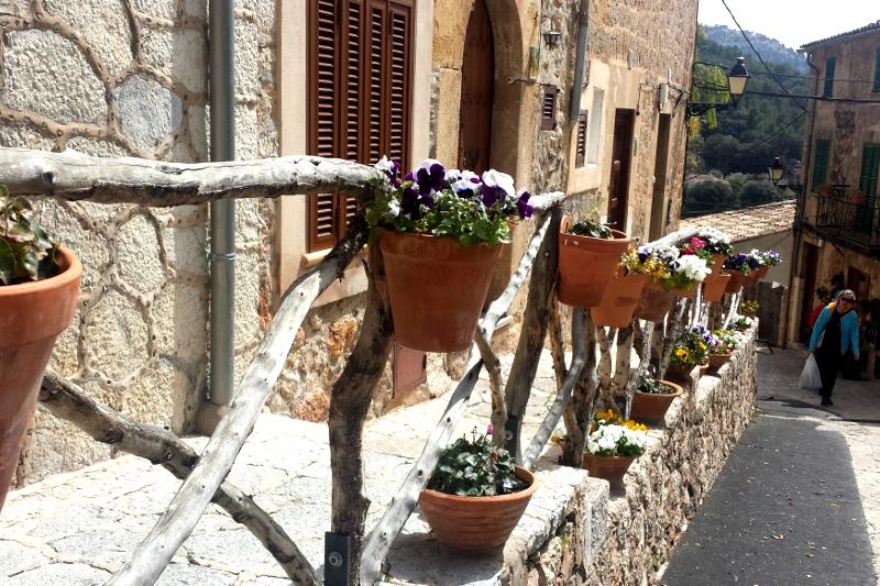 Ulice s kvetinacmi Valldemossa Malorka