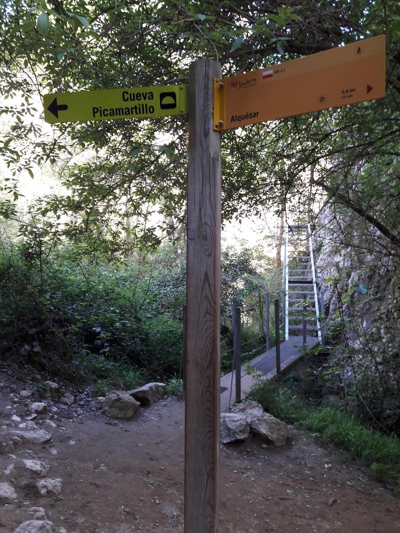 1 km cesty od obce Alquezar