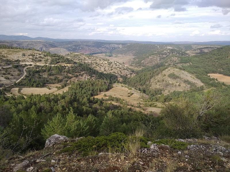 v pozadi vidiet dedinku Calomarde