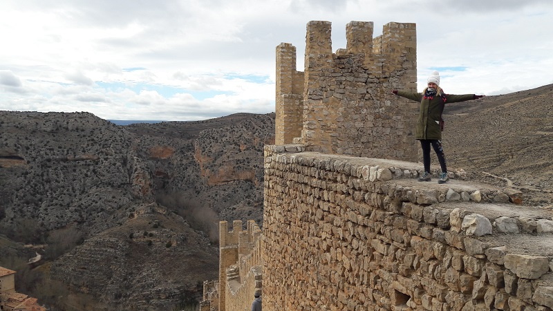 Hladkujem na hrade Castillo de Albarracín v Španielsku