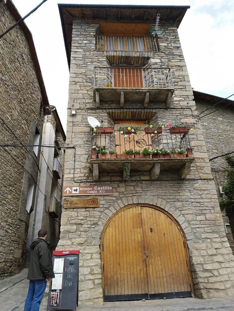 Na hrad z centra dediny Boltaña Španielsko