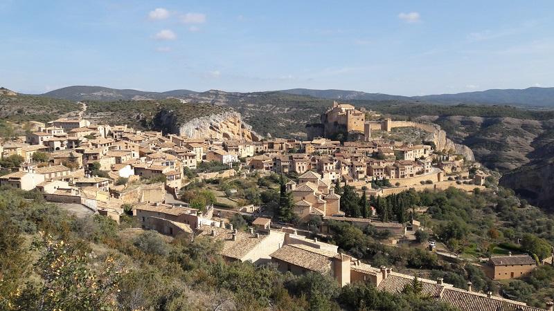 Obec Alquezar v pozadí hrad Castillo de Alguézar