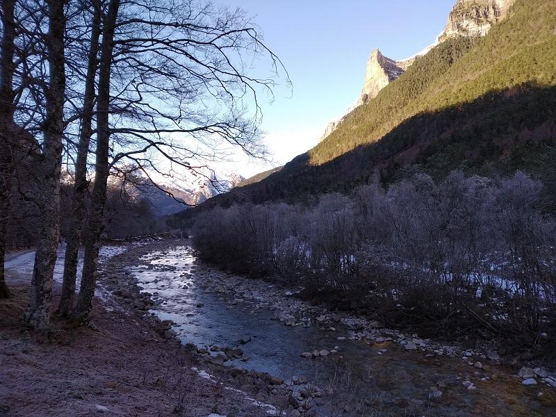 Rieka Río Arazas po ceste k Pradera