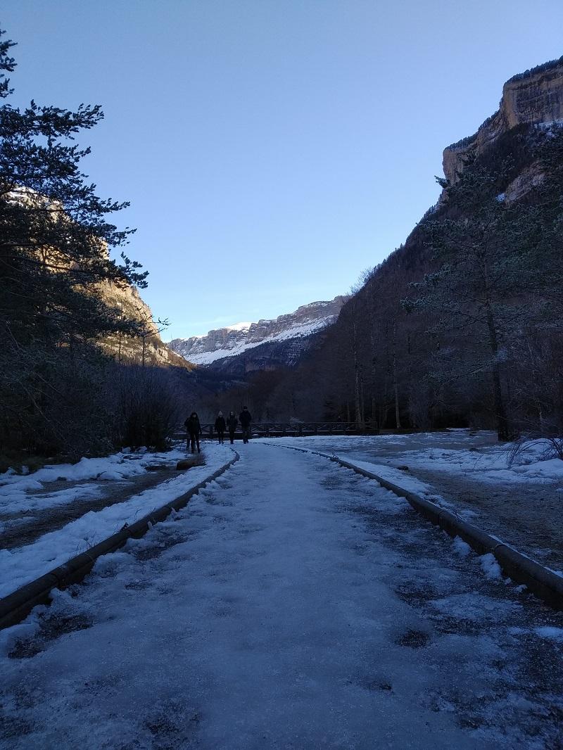 Zľadovatený chodník pri parkovisku Pradera Pyreneje