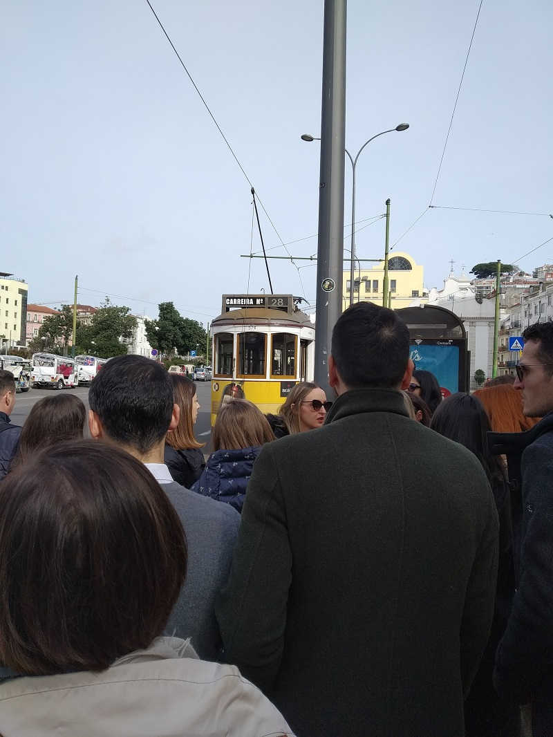 Čakanie na električku č. 28 na námestí Martim Moniz v Lisabone