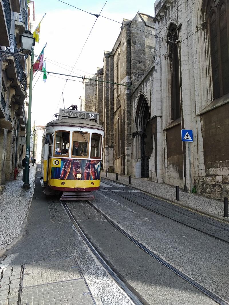 Žltá historická električka v Lisabone