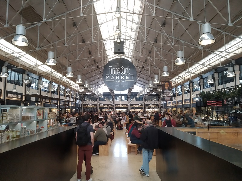 Interiér tržnice prezývanej aj Time Out Market Lisabon