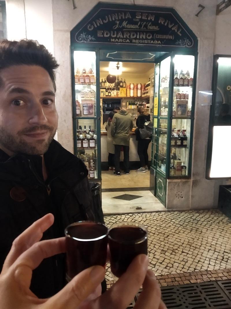 Pouličný bar Ginjinha Sem Rival v Lisabone