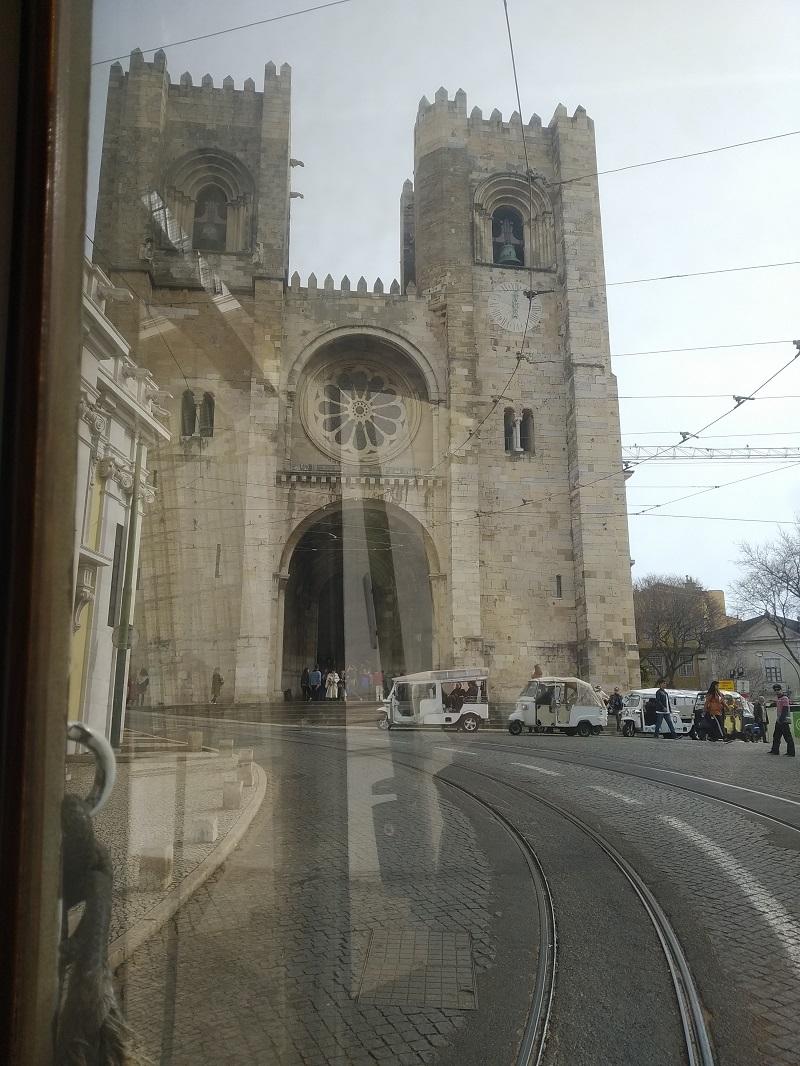 Výhľad z električky na lisabonskú katedrálu Sé