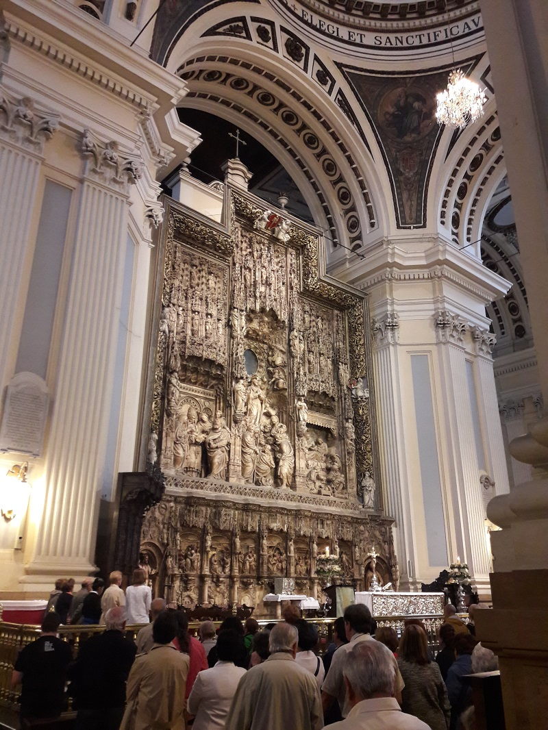 Hlavny oltar v Katedrale-Bazilike El Pilar