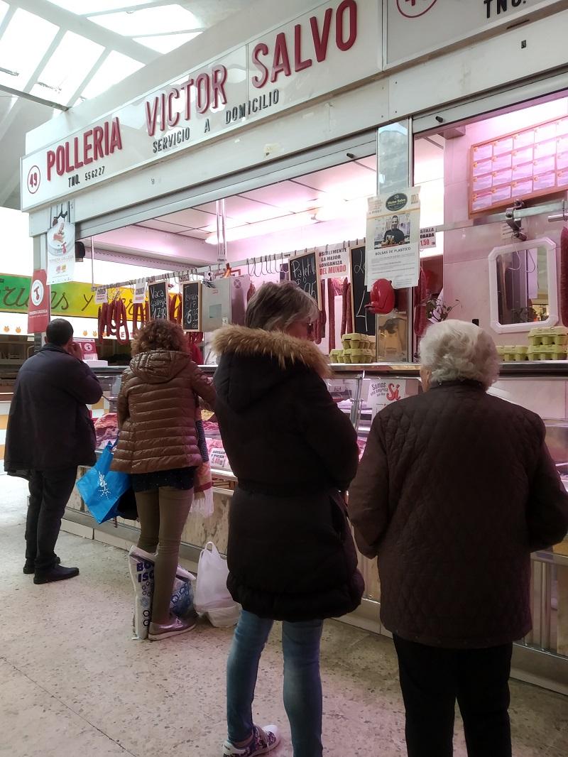 Masiarstvo a udeniny na krytom trhu v Spanielsku