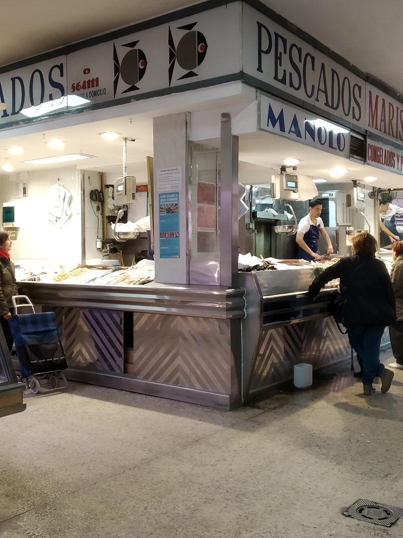 Stanok s rybami na krytom trhu v Spanielsku